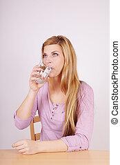Frau trinkt Wasser.