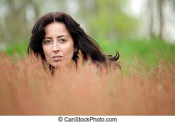 Frau versteckt in der Natur.