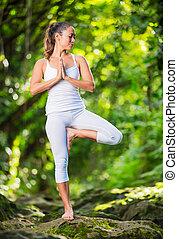 Frauen üben Yoga in der Natur