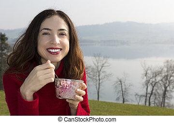 Frauen essen draußen Frühstück.