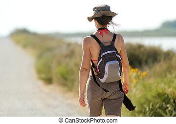 Frauen gehen in der Natur spazieren