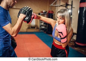 Frauen Kickboxer auf Training mit Personal Trainer
