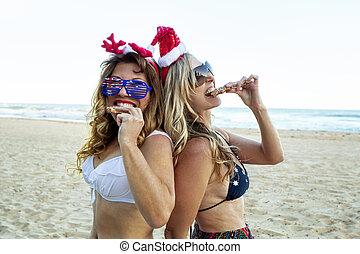 frauen, lebensmittel, zwei, weihnachten, festlicher, sandstrand, essende