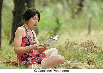 Frauen lesen in der Natur.