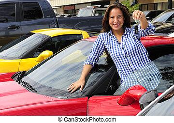 Frauen zeigen den Schlüssel für neue Sportwagen