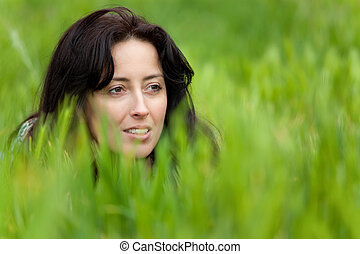 Frauenporträt im Gras