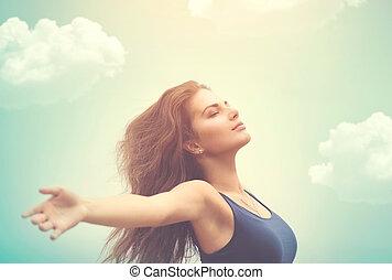 Freie glückliche Frau über Himmel und Sonne.
