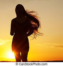 Freie glückliche Frau, die die Natur genießt. Hübsches Mädchen draußen. Freiheit C