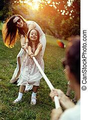 freudig, familie, tauziehen, spielende , park