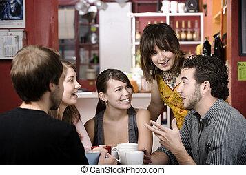 Freunde in einem Kaffeehaus