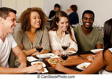 Freunde lachen in einem Restaurant.