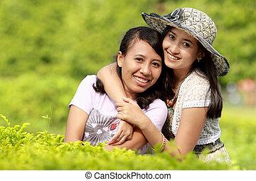Freundinnen lächeln zusammen