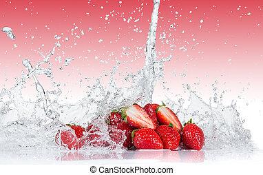 Frische Erdbeeren mit Wassersplash.