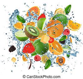 Frische Früchte im Wasserspritzer