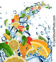 Frische Früchte in Wasserspritzen.