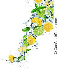 Frische Frucht in Wasser spritzt über weiß.