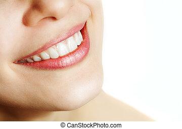 Frisches Lächeln von Frau mit gesunden Zähnen