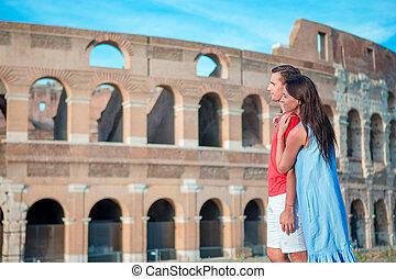 Frohe Familie in Europa. Romantisches Paar in Rom über Coliseum Hintergrund. Italienischer Europaurlaub