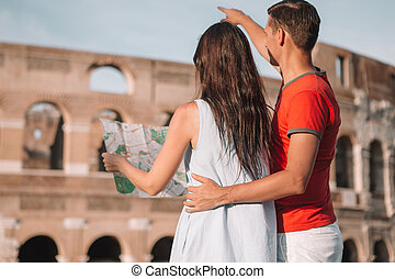 Frohe Familie in Europa. Romantisches Paar in Rom über Coliseum Hintergrund
