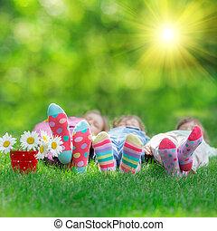Frohe Kinder, die draußen spielen
