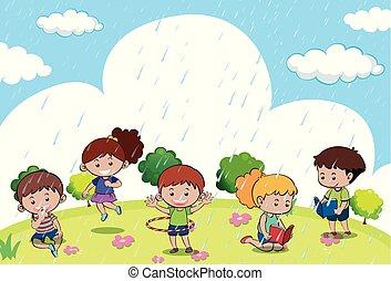 Frohe Kinder, die im Regen spielen.