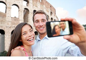 Frohes Reisepaar mit Selife, Coliseum, Rom