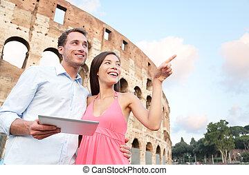 Frohes Reisepaar mit Tafel von Coliseum, Rom