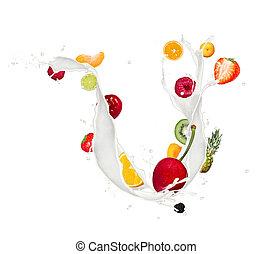Fruchtmix in Milchspritzern isoliert im weißen Hintergrund