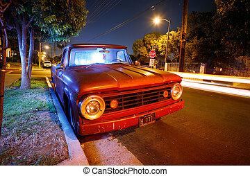 Funky Old American Pickup in der Nacht auf einer Vorstadtstraße in Los Angeles, Kalifornien, USA.