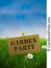 Gartenparty-Text auf einer Kartonplatte, fixiert durch Bambuspost, Naturhintergrund mit Gänseblümchen, grünes Gras und blauer Himmel