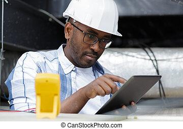 gebrauchend, während, junger, pc, innen, arbeiter, tablette, edv, arbeitende
