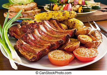 Gegrillte Schweinerippchen und Gemüse