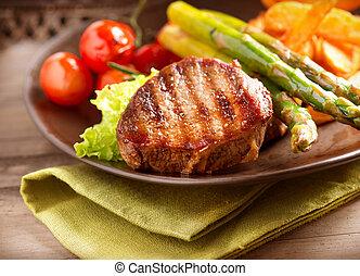 Gegrilltes Steak Fleisch mit Gemüse.