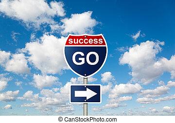Geh zu SUCCESS-Schild auf White, flauschige Wolken im blauen Himmel kollabieren