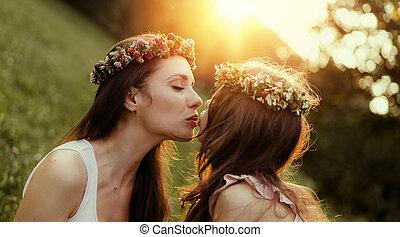 geliebt, sie, begriff, küssende , porträt, mutter, -, töchterchen, draußen