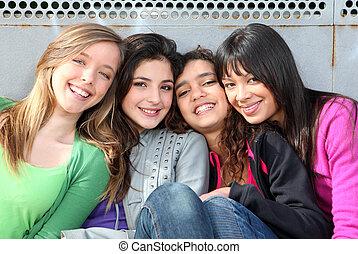 Gemischte Rassengruppe lächelnder Mädchen