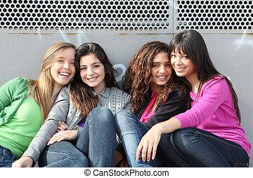 Gemischte Rassengruppe lächelnder Mädchen.