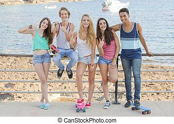 Gemischte Rennen zuversichtlich Jugendliche im Studentenurlaub.
