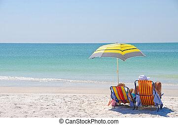 Genießt einen Tag am Strand.