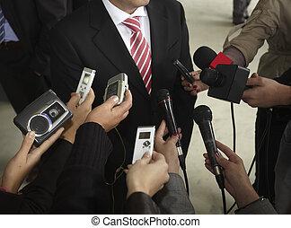 Geschäftsbesprechung mit Konferenzjournalismus Mikrofonen