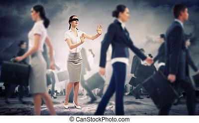 Geschäftsfrau mit verbundenen Augen unter Menschengruppen
