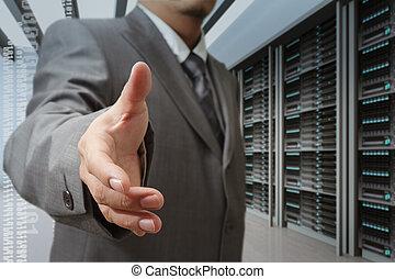 Geschäftsleute bieten Handschütteln in einem Technologie-Datenzentrum
