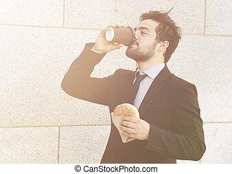Geschäftsleute essen und trinken weiter
