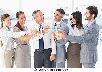 Geschäftsleute feiern eine Party.