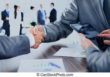 Geschäftsleute geben sich die Hand.