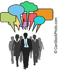 Geschäftsleute gehen spazieren und reden über Farbblasen