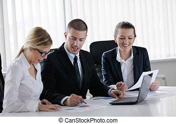 Geschäftsleute in einem Meeting im Büro