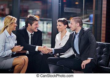 Geschäftsleute machen Deals