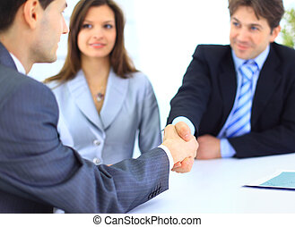 Geschäftsleute schütteln sich die Hände, beenden ein Meeting