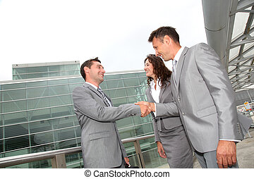 Geschäftsleute schütteln sich die Hände